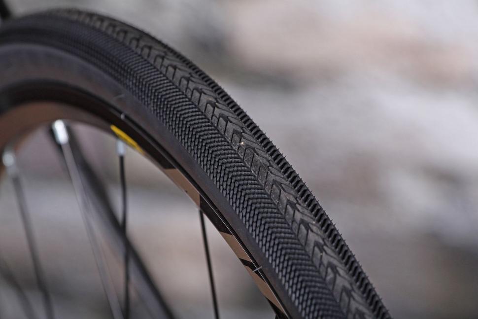 GT Grade Carbon Ultegra - tyre tread.jpg