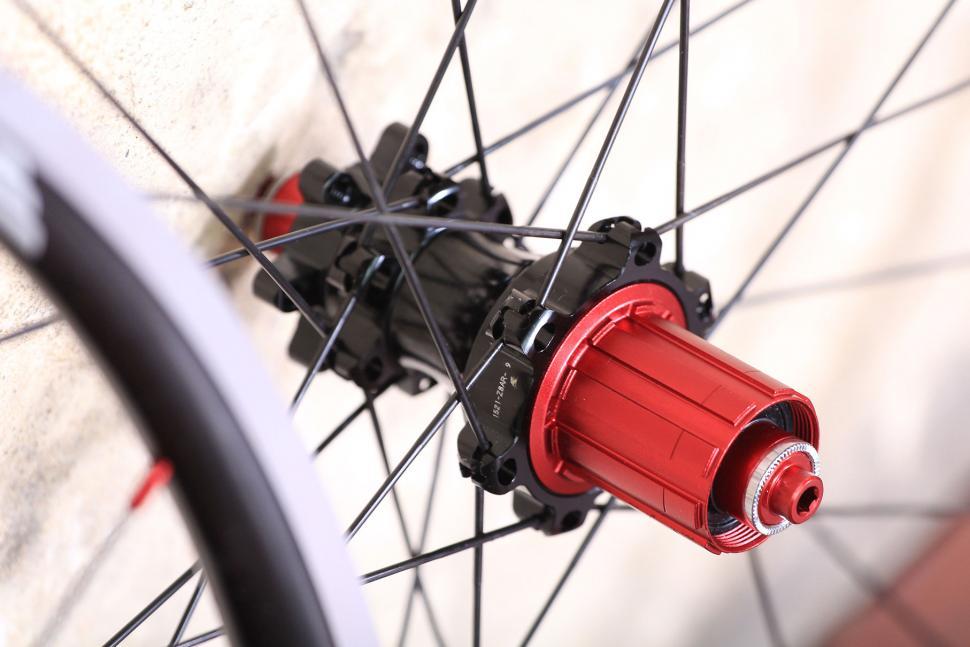 Halo Evaura Uni 6D 700C wheelset - rear hub.jpg
