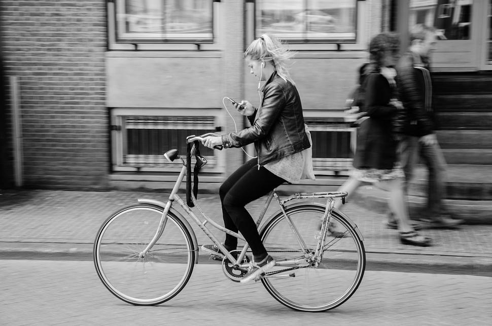 headphone Cycling - wikimedia commons
