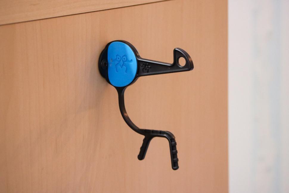 helmetor_wall-mounted_helmet_holder_2.jpg