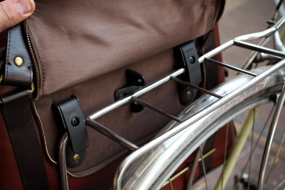 Hill & Ellis Duke Bike Bag - clamps.jpg