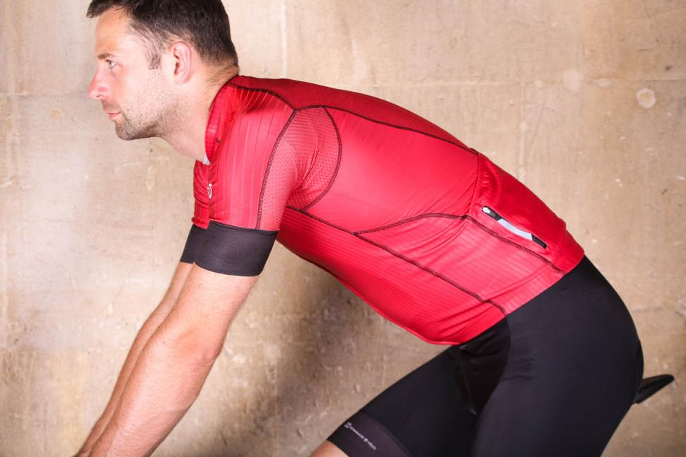 hommage_au_velo_bourlon_jersey_red_-_riding.jpg