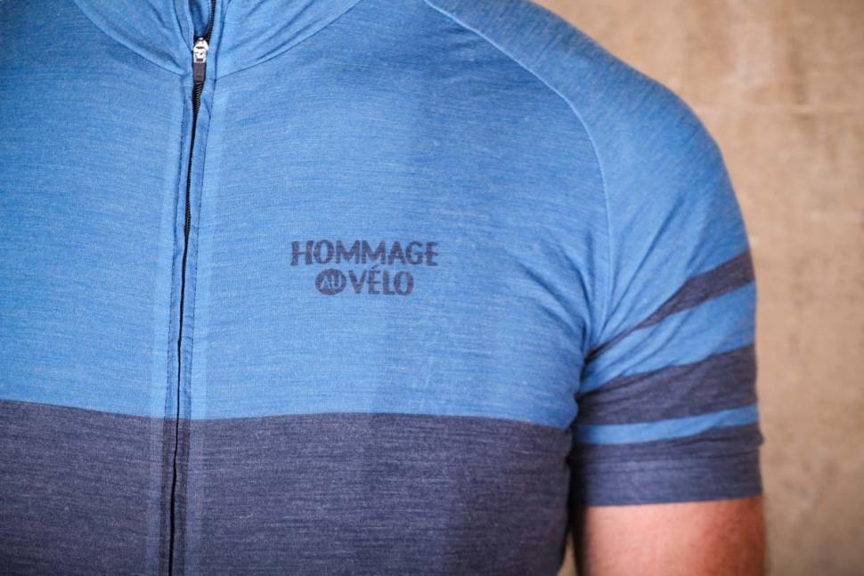 hommage_au_velo_poli_blue_shetland_merino_jersey_-_logo.jpg