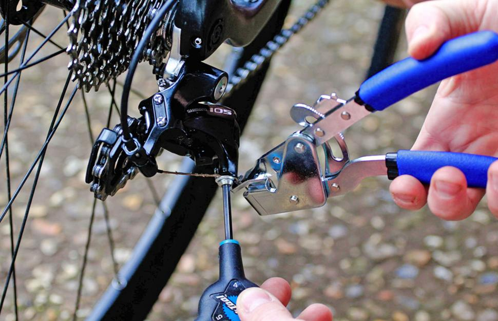 How to adjust an indexed rear derailleur 10