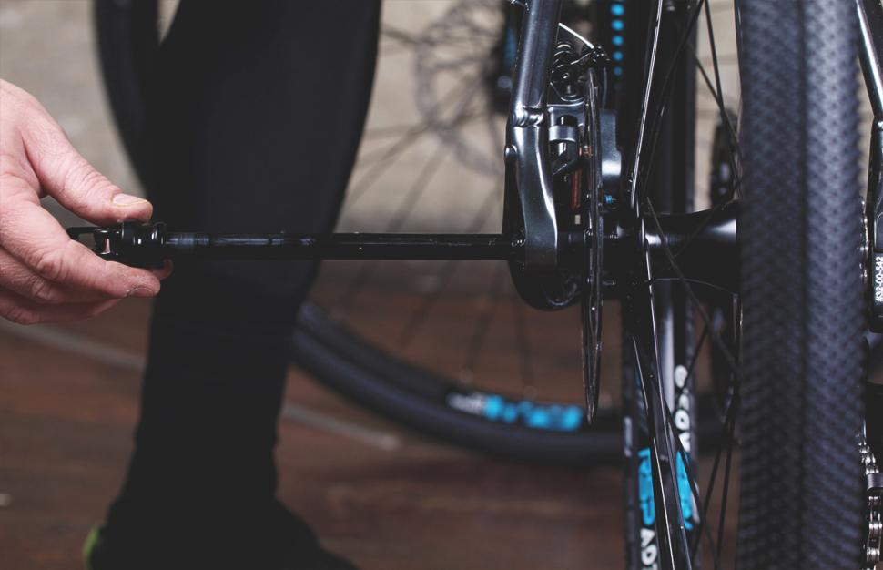How to fit and remove through-axle wheels | road cc