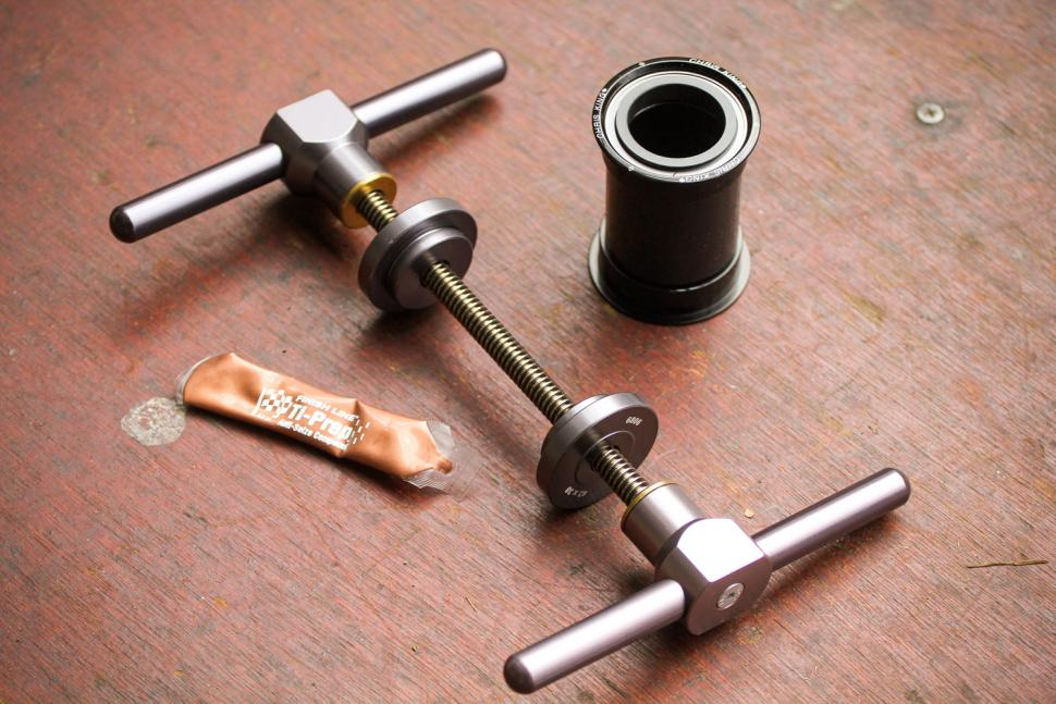 How to fit a Chris King bottom bracket 01