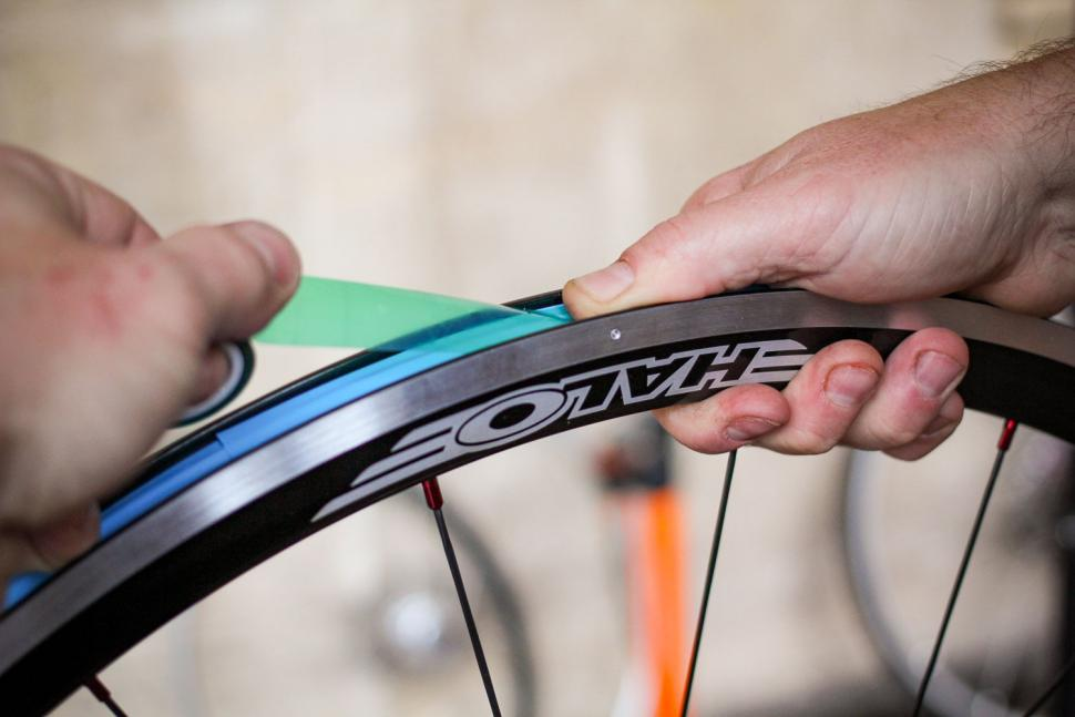 How to fit a clincher tyre step 04.jpg