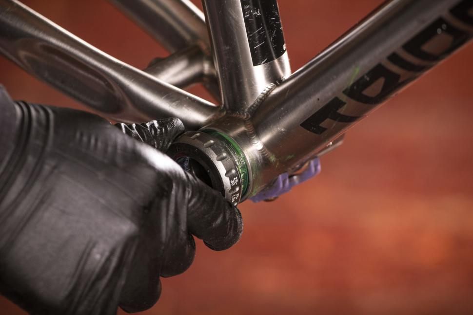 How to fit a crankset 06