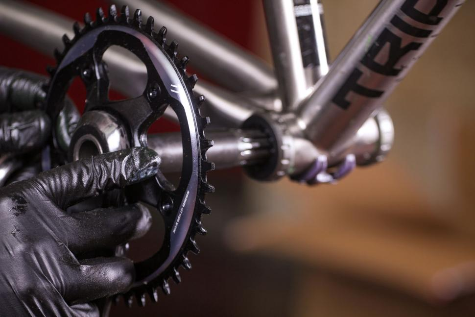 How to fit a crankset 09
