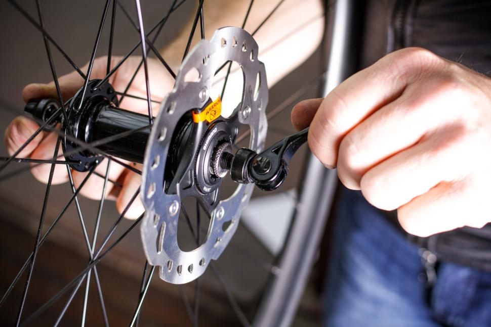 How to fit disc rotors 01