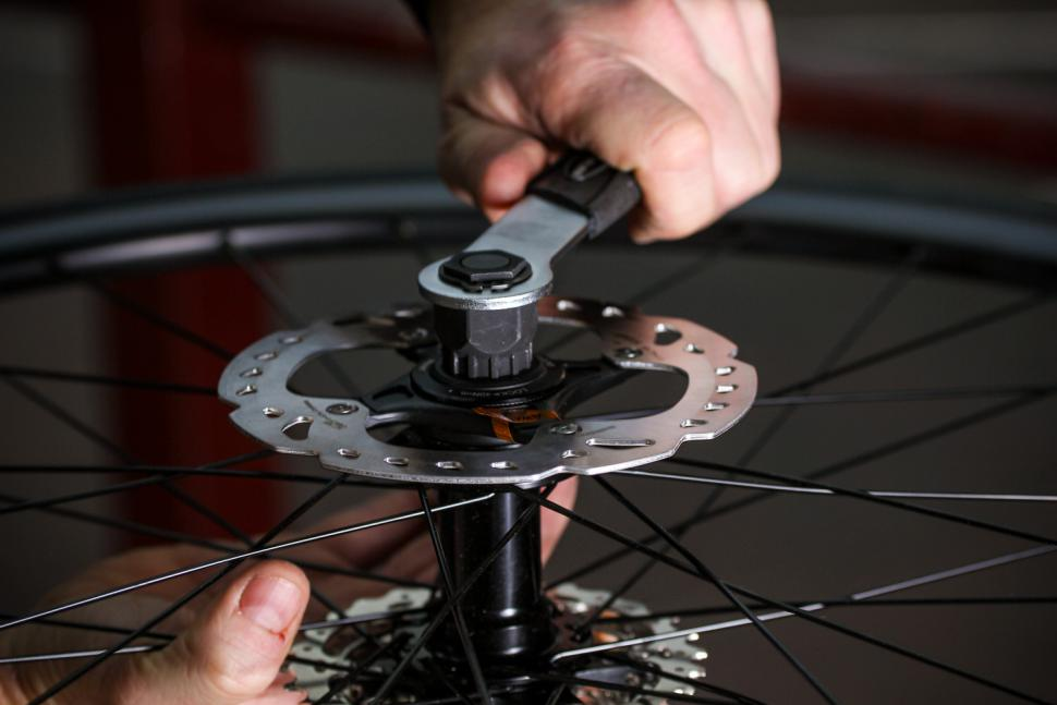How to fit disc rotors 09