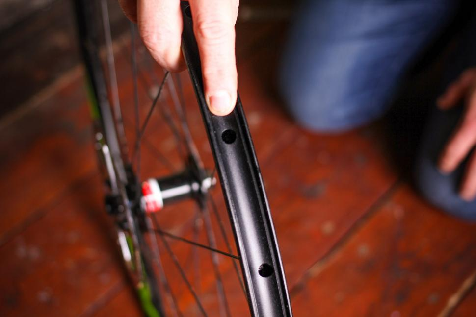 How to fit a tubeless tyre  02