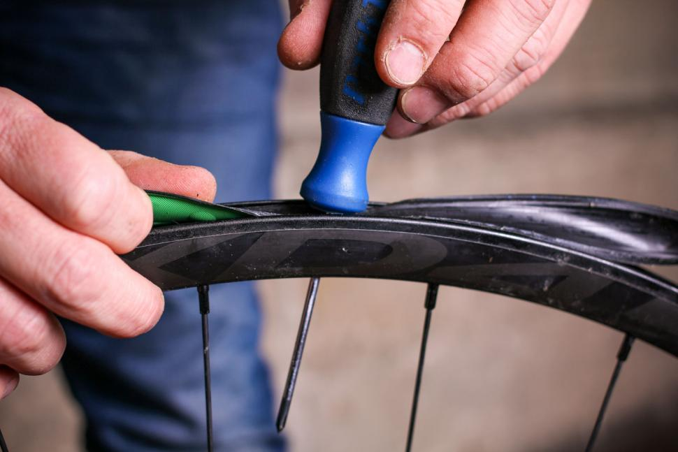 How to fit a tubeless tyre  06