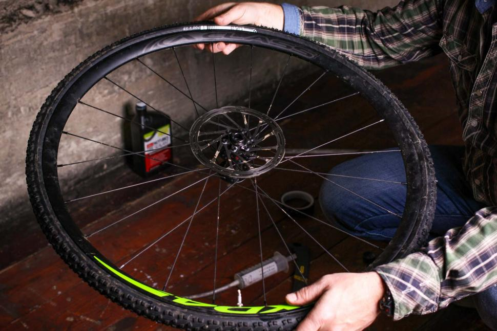 How to fit a tubeless tyre  17