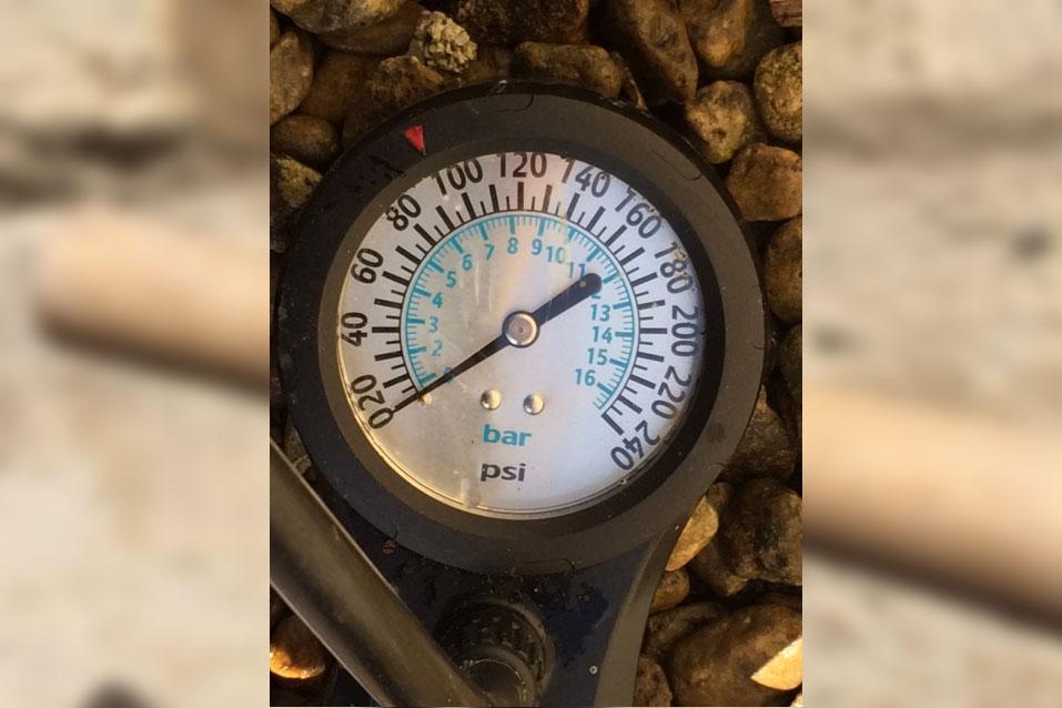 Hoy Hi Pressure Track Pump - gauge.jpg