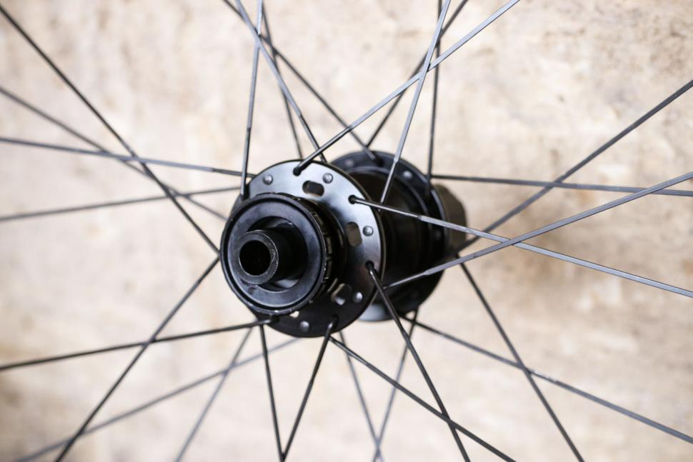 Hunt 35 Carbon Gravel Disc X-Wide - rear hub 2.jpg