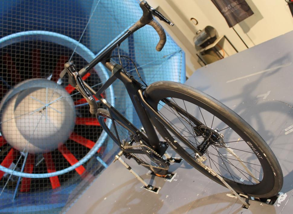 Hunt - Bike in tunnel Hunt wheels - 1 (1).jpg