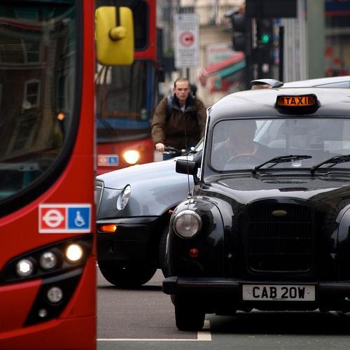 London:cyclist in traffic (copyright Simon MacMichael).jpg