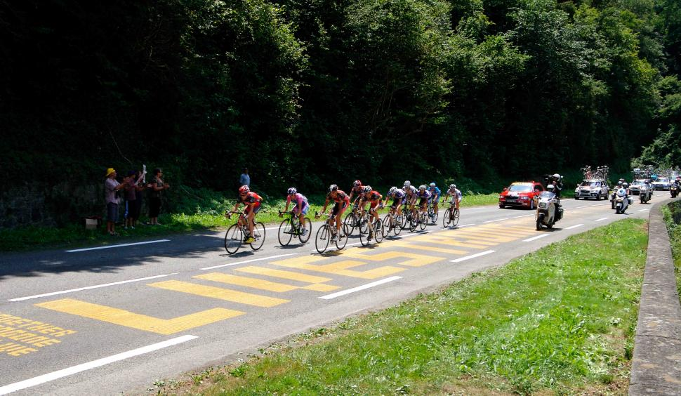 Lance Armstrong passes Livestrong TDF road marking © PhotoSport International.jpg