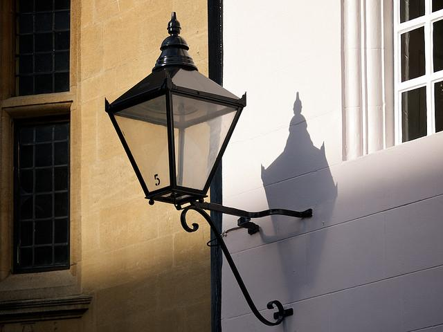 Street lamp without light (copyright Simon MacMichael).jpg