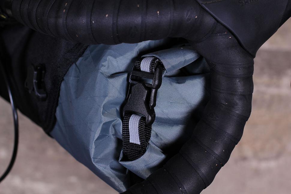 Apidura Handlebar Pack Compact - roll closure