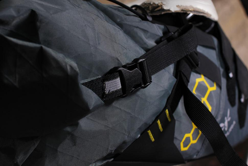 Apidura Saddle Pack - closure strap