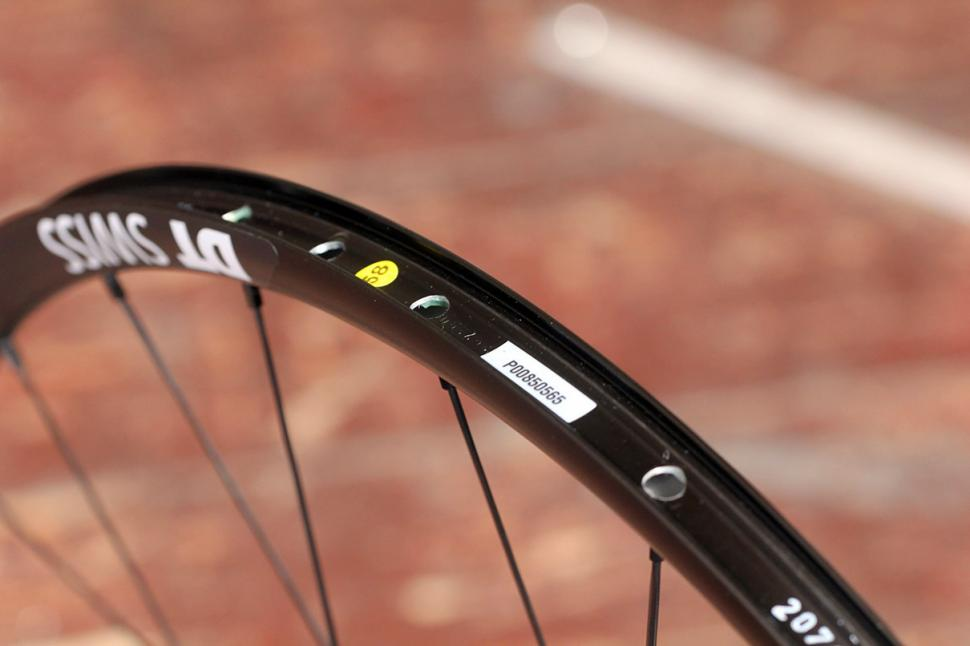 DT Swiss R24 Spline wheelset - rim bed 2