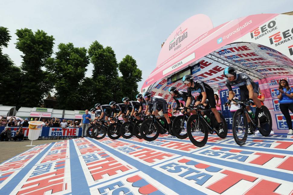 Giro 2012 S4 TTT Team Sky start (picture Fabio Ferrari - La Presse - RCS Sport)  5172