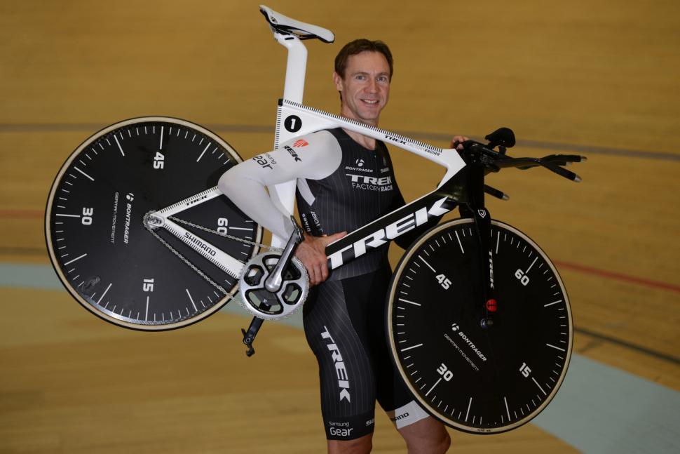 Jens Voigt Hour Record 21 - Jens with bike on shoulder (©Maxime Schmid)