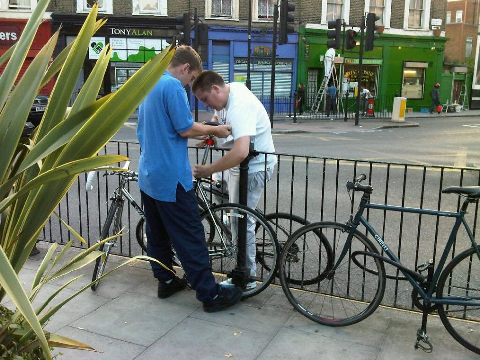 Victim of bike theft tweets picture of thieves in the act