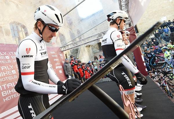 Fabian Cancellara signs on at 2015 Strade Bianche (pic ANSA, Del Zennaro, Peri)
