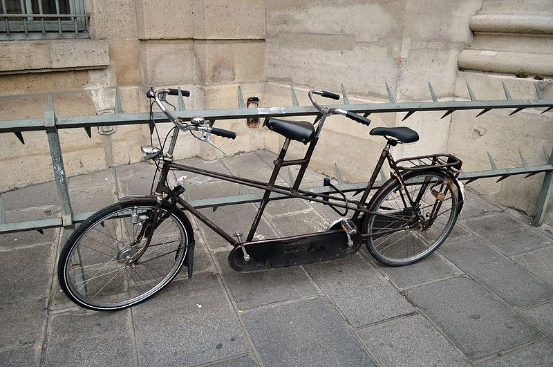Tandem bicycle (CC BY-SA 2.0 on Wikimedia Commons by user Very Quiet)