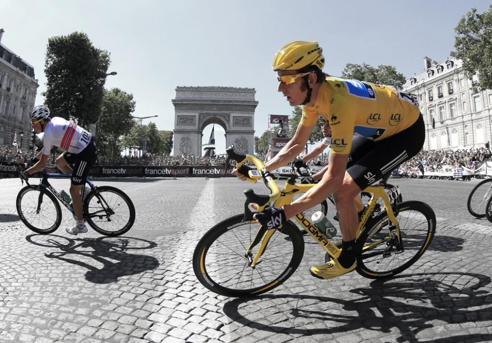 Wiggins riding Arc de Triomphe