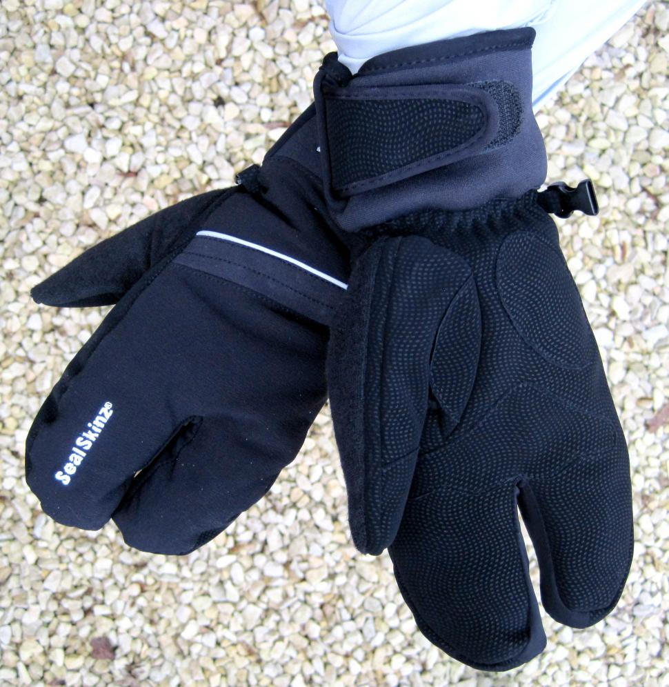 https://cdn.road.cc/sites/default/files/styles/main_width/public/images/Products/SealSkinz%20Handlebar%20Mittens.jpg?itok=leV40pZQ
