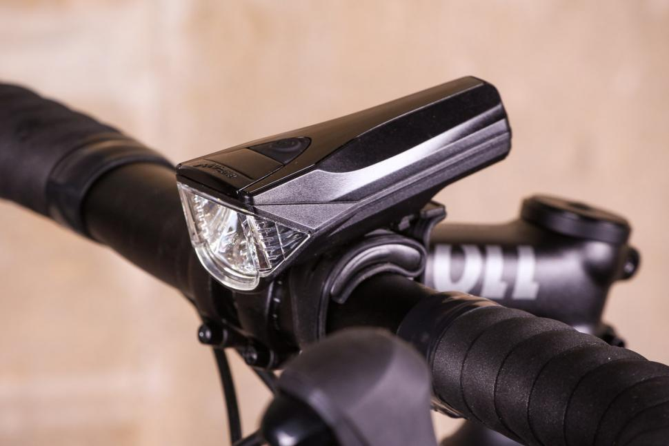Review: Infini Saturn 300 front light | road cc