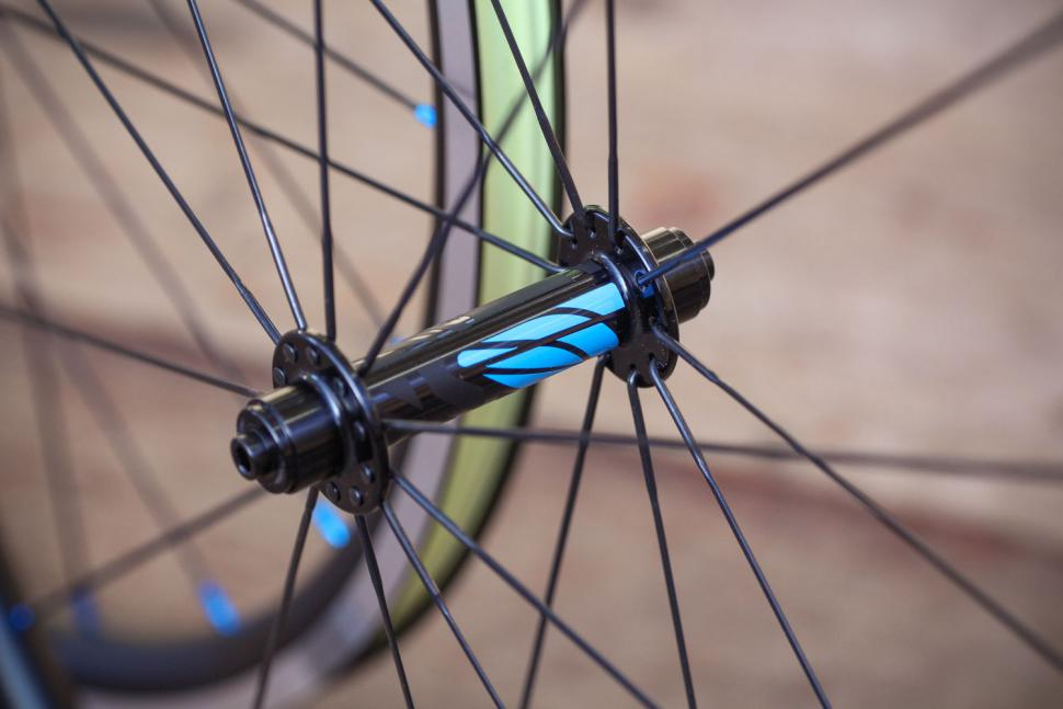 Just Riding Along Lark20 light road wheelset - front hub.jpg