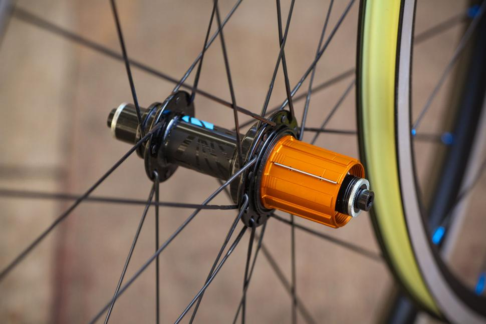 Just Riding Along Lark20 light road wheelset - rear hub.jpg