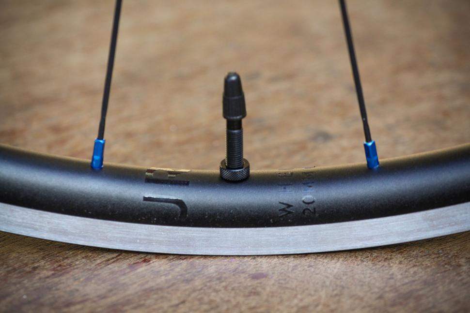 Just Riding Along Lark20 light road wheelset - valve.jpg