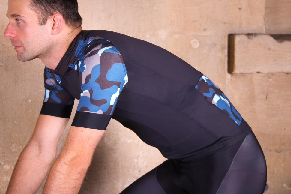 Le Col Pro Jersey - riding.jpg