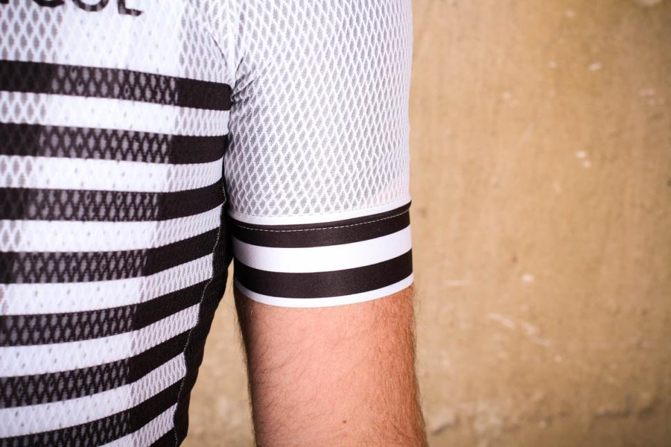 d219be9ee le col pro air jersey - sleeve.jpg