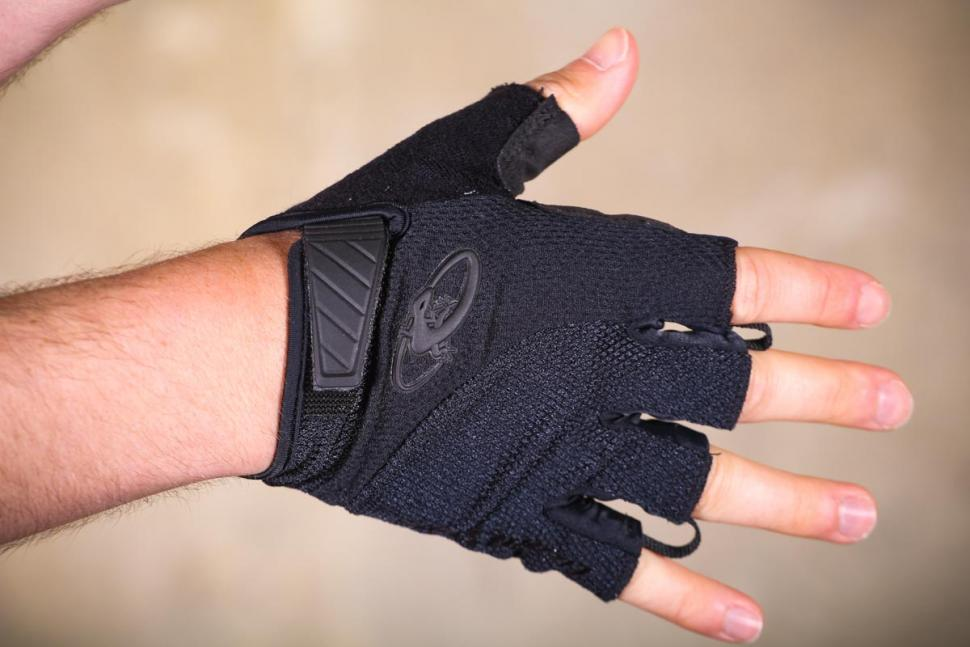 lizard_skins_aramus_elite_mitts_-_back_of_hand.jpg