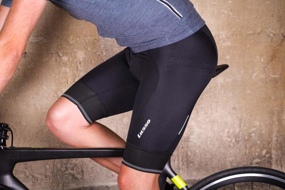 lusso_carbon_bib_shorts_-_riding.jpg