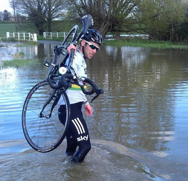 Mark Cavendish in a puddle (image via Twitter).jpg