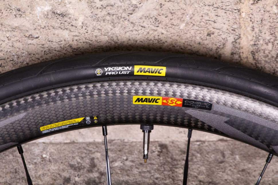 mavic_cosmic_pro_carbon_sl_ust_-_rim_and_tyre.jpg