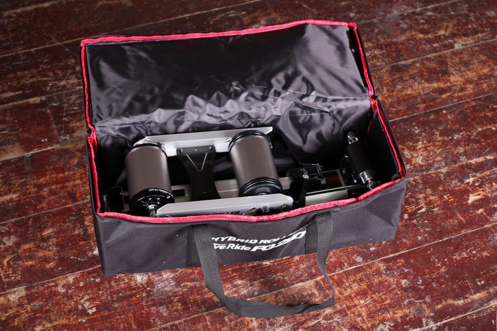 Minoura FG220 Hybrid Roller - bag 2.jpg