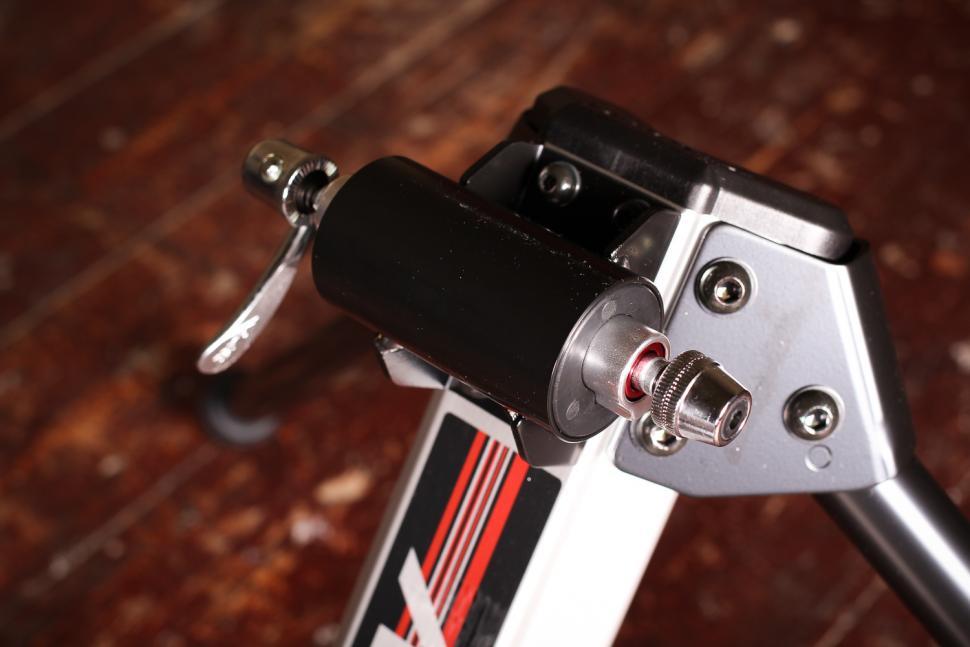 Minoura FG220 Hybrid Roller - front QR.jpg