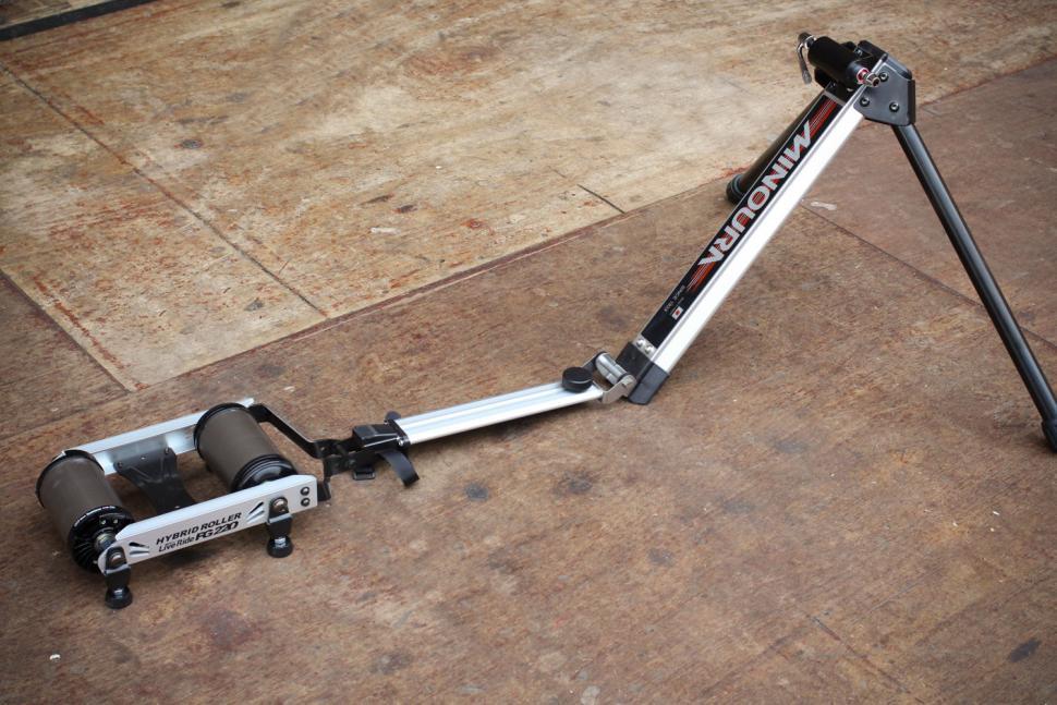Minoura Hybrid Roller FG220 2.jpg
