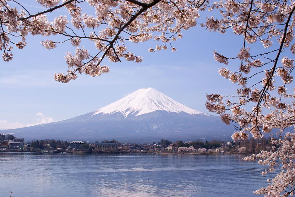 Mount Fuji and Lake Kawaguchi (licensed CC BY 3.0 on Wikimedia by Midori).JPG