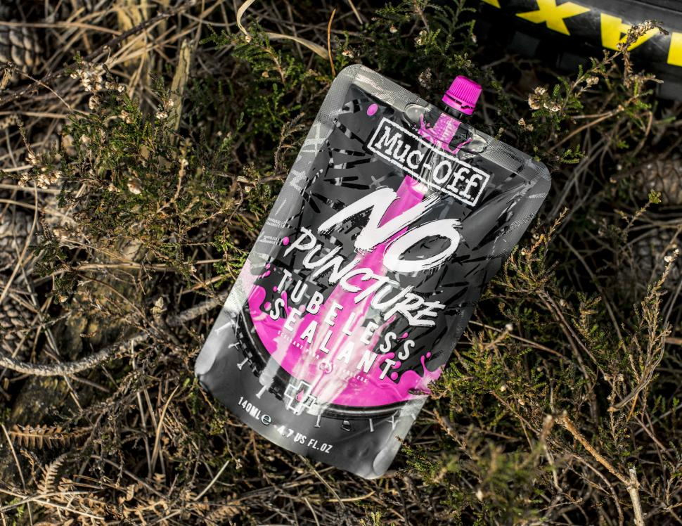 muc-off_no_puncture_hassle_tubeless_sealant_pouch_2.jpg