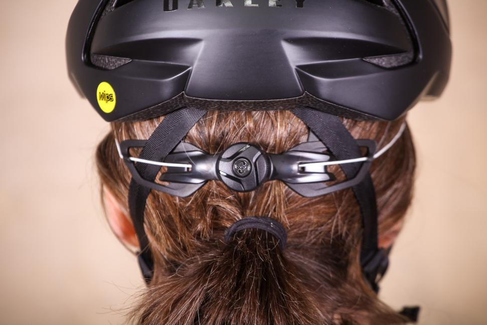 oakley_aro5_helmet_-_tension_system.jpg